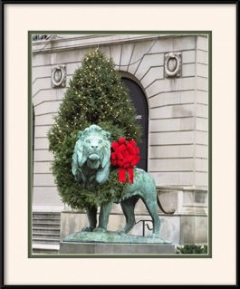 picture-of-lion-at-art-institute-xmas-wreath