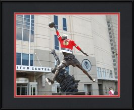 picture-of-michael-jordan-statue-sporitng-a-blackhawks-jersey