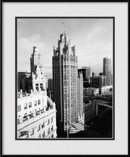 picture-of-chicago-tribune-tower-building-usa-flag-black-white