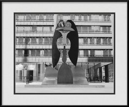 picture-of-picasso-sculpture-with-chicago-white-sox-cubs-helmet