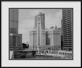 picture-of-wrigley-building-in-black-white-chicago-river
